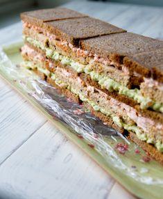 Kevään vihreä avokado ja valloittava lohenpunainen ovat tämän kalaherkun värit. Avokadon vihreä pilkistää esiin neliapiloiden lehdistä - tämä kakku ei juuri muuta koristelua vaadi. Reunuksen kurkut olivat kiva idea helituulin upeasta Kinuskigalleriaan lisäämästä voileipäkakusta. Muistathan, että voileipäkakut kannattaa aina valmistaa tarjoilua edeltävänä päivänä! n. 16 hengelle Avokado-piparjuuri-lohivoileipäkakku Leipäkerrokset: 520 g ruisvuokaviipaleita 320 g isoja… Potluck Recipes, Potluck Food, Food Hacks, Sandwiches, Appetizers, Bread, Burgers, Cake, Party
