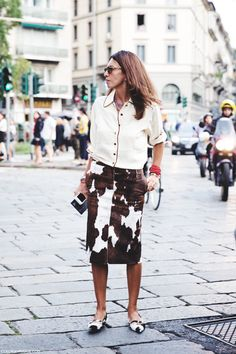 Moo are you? #VivianaVolpicella rocks the cow skirt in Milan.