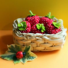 diy strawberries for the boys play kitchen Pretend Food, Play Food, Crafts To Make, Fun Crafts, Waldorf Crafts, Food Patterns, Natural Toys, Best Kids Toys, Nature Table
