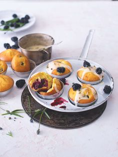 Zaručujeme vám, že tyhle muffiny, které voní levandulí a jsou báječně vláčné, budete chtít snídat celé léto! Serving Bowls, Panna Cotta, Tableware, Ethnic Recipes, Food, Dulce De Leche, Dinnerware, Tablewares, Essen
