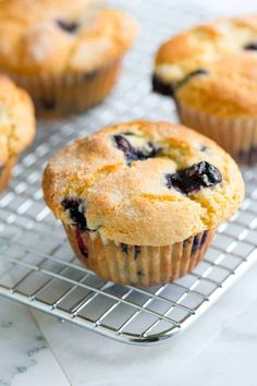 **These are delish! Substituted coconut oil and coconut sugar. Makes 10 muffins and took about 18 min. You only need one bowl to make this easy blueberry muffins recipe with blueberries, flour, sugar, vanilla, and vegetable oil. The best! Baking Muffins, Mini Muffins, Blue Berry Muffins, Strawberry Muffins, Oatmeal Muffins, Baked Oatmeal, Homemade Blueberry Muffins, Blueberry Recipes, Köstliche Desserts