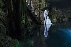 Sesión de fotos de novios en un cenote en Yucatán / Groom and bride photo shoot in a cenote in Yucatan #Wedding #Boda #Yucatán #Cenote