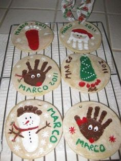 bonjour, voilà le cadeau de Noël pour les parents du petit en garde chez nounou, rien de plus simple, de la pâte a sel, une empreinte de main, de la peinture et des paillettes... Une idée de chez Caboucadin ici : link D'autre idée avec les mains et les...