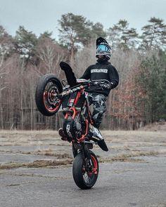 Free Wheelie – Vehicles is art Motos Ktm, Ktm Supermoto, Motorcycle Design, Motorcycle Bike, Dirt Bike Helmets, Cool Dirt Bikes, Motorcross Bike, Ktm Exc, Dirt Bike Girl