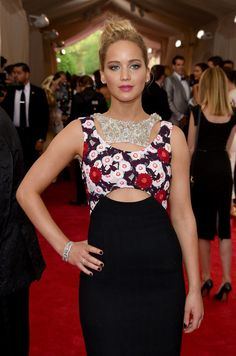 Jennifer showed off glowing, bronze skin and a taupe smoky eye that made her green eyes pop - Met Gala 2015