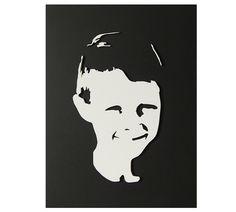 Als kerstcadeau voor een oma in Engeland is dit portret van haar kleinzoon gemaakt. Het is uitgevoerd in 4 mm dik populieren hout en op verzoek geverfd in zwart-wit, zodat het prima past in haar geheel in zwart-wit uitgevoerde interieur.  Oma is er heel erg blij mee, want zo heeft ze haar in Nederland wonende kleinkinderen toch steeds in de buurt. lasercutting, wood, 3D, portrait, gift ideas, product, design: