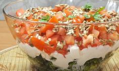 Warstwowa sałatka z brokułem i pomidorem Bruschetta, Mozzarella, Salsa, Food And Drink, Pudding, Ethnic Recipes, Desserts, Pineapple, Kitchens