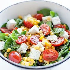 Salad with feta cheese, tomatoes and corn Fast Healthy Meals, Healthy Salad Recipes, Clean Recipes, Vegetarian Recipes, Healthy Eating, Appetizer Salads, Appetizer Recipes, Proper Tasty, Rabbit Food