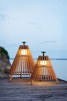 Scopri Lampada da posa Tipi L -LED / H 95 cm - Legno, Teck / Nero di Skargaarden, Made In Design Italia