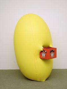 Hans Hemmert - o.T. (gelbe Skulptur passend zu Bierkasten), 1998, Latexballon: Luft: Künstler: Julie, Cibachrom 100x75cm
