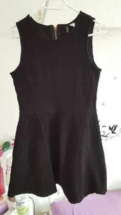 Verkaufe Kleid von h&m in schwarz. Nur einmal getragen. Hinten mit Reißverschluss.