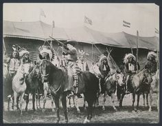 1902 Annie Oakley, Shooting on Horseback at Buffalo Bills Wild West Show Wild West Show, Wild West Cowboys, Annie Oakley, Historical Images, Buffalo Bills, Cowboy And Cowgirl, Old West, Native American Indians, Great Photos