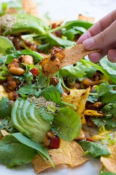 Loaded vegan nachos with harissa beans, the perfect easy snack for a hot su Healthy Vegan Snacks, Vegan Appetizers, Healthy Eating Recipes, Veggie Recipes, Appetizer Recipes, Raw Vegan, Vegan Vegetarian, Vegetarian Recipes, Vegan Food