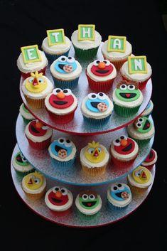 Elmo+Cupcake+Display+Ethans+1st+BirthdayFB.jpg 683×1,024 pixels