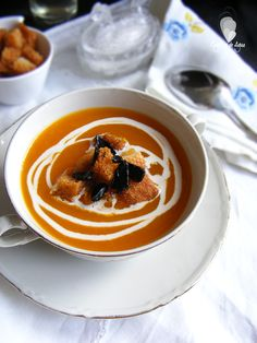 Como hacer crema de calabaza asada con pan frito y ajo negro Pan Frito, Tapas, Gazpacho, Panna Cotta, Cream, Ethnic Recipes, Soups, Food, Recipes With Rice