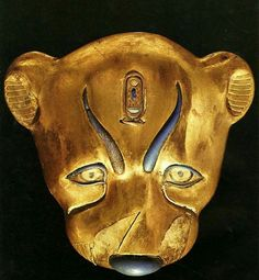 Head of a Leopard bearing the cartouche of Tutankhamun atop its head, found in the tomb of Tutankhamun (wood covered with gesso overlaid with gold, eyes made from translucent quartz). Now in the Egyptian Museum, Cairo. Fonte Egypt Museum