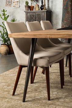 Flot spisebordsstol lavet i khakifarvet polyester med skumfyld. Stolens indre ramme er lavet i metal og skumfyldet sørger for den helt optimale siddekomfort. De flotte ben i asketræ er lakeret i en valnødsfarve for at skabe det helt rigtige look. Siddehynden kan nemt tages af og gøres ren, da den er separat fra stolen.  http://unoliving.com/dutchbone-juju-spisebordsstol-khaki