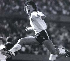 12 de Octubre de 1980. Grito de gol. Estadio monumental (River Plate). Diego Maradona festeja su golazo de tiro libre, con el que la Selección Argentina venció a Polonia por 2 a 1, en partido amistoso.  https://www.youtube.com/watch?v=J62uNc0GSDU
