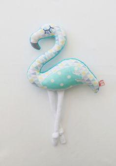 Peluche doudou flamingo ou flamant rose taile M tons turquoise mint jaune violine à motifs graphiques triangles et pois