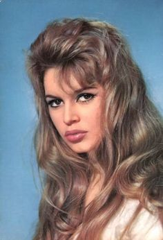 Brigitte Bardot photo: German postcard - by ISV. Brigitte Bardot was the sex kitten of the European cinema. She starred in 48 films, performed in numerous musical shows, recorded 80 songs. This photo was uploaded by Bridgitte Bardot, Timeless Beauty, Classic Beauty, The Most Beautiful Girl, Beautiful Women, Divas, Actrices Hollywood, Portraits, Portrait Photo