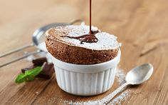 Bitter çikolata ilavesiyle lezzetlenen ev yapımı sufle tarifi, pratik bir şekilde ve kısa sürede hazırlandığı için yemek sonrası sıklıkla tercih ediliyor.