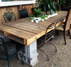 Cinder block and shipping pallet outdoor dining table Cinder Block Furniture, Outdoor Furniture Plans, Pallet Furniture, Furniture Projects, Cinder Blocks, Cinder Block Ideas, Furniture Decor, Diy Projects, Cinder Block Bench