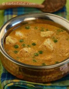 The basic mughlai gravy has been used to prepare this delicious paneer dish. Since the use of various pastes is common in mughlai cooking, a paste of garlic, ginger, cardamoms, cloves and poppy seeds has been used. Using grated onion gives the gravy a better texture. Instead of grating the onions you can also blend them to a paste in a mixer