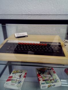 Il BBC Micro utilizzato per sviluppare Kick Off, sotto Kick Off e Kick Off 2, autografato