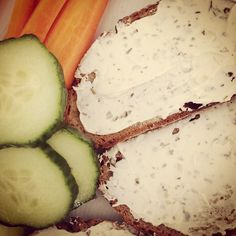"""#Snack #Gurke #Karotte #Brot #Frischkäse"""