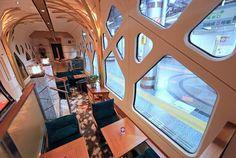報道陣に公開されたJR東日本の豪華寝台列車「四季島」。ラウンジ車両=16日午後、東京・上野駅(桐原正道撮影) Tokyo Station, Train Car, Car Wrap, Transportation Design, Retro Futurism, Japanese Culture, High Speed, Locomotive, Relax