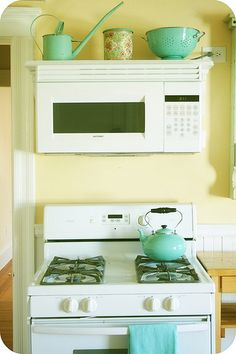 Over the stove microwave shelf? Cozy Kitchen, Kitchen Redo, Kitchen Styling, New Kitchen, Kitchen Dining, Kitchen Remodel, Kitchen Ideas, Kitchen Yellow, Turquoise Kitchen