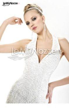 http://www.lemienozze.it/operatori-matrimonio/vestiti_da_sposa/negozio-vestiti-da-sposa-roma/media/foto/11  Abito con scollo all'americana e decorazioni brillanti