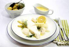 Pocherad hälleflundra med pilgrimsmussla, hollandaisesås och vit sparris | Recept.nu