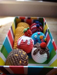 Colorful box with crocheted ice cream cones and lots of amigurumi ice creams - Häkelanleitungen - Lol dolls Crochet Cake, Crochet Fruit, Crochet Food, Crochet For Kids, Food Crafts, Crafts To Do, Yarn Crafts, Diy Eis, Layette Pattern