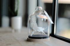Pour ma Juliette ~ Cette licorne origami en papier blanc irisé est pliée à la main, posée sur un socle en bois également fait-main et protégée sous une cloche de verre. ~ Cette création est 100% originale et 100% fait-main, sauf la cloche. Jai entièrement imaginé cet objet de déco et plié lorigami à la