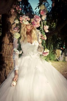 Kır düğünü yapıyorsanız, büyük çiçeklerle süslü bir taç çok yakışacaktır. #maximumkart #düğünkonseptleri #bahardüğünü #yazdüğünü #düğünfikirleri #düğünhazırlıkları #düğünmekanı #düğünsüsleri
