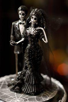 Juntos até que a morte nos separe. <3 Nos EUA é muito comum vermos festas de casamento temático, e nesta época, um dos temas mais usados é justamente o Halloween. Este tema é perfeito para os pombinhos (ou seriam morceguinhos?) que ostentam um estilo de vida ousado, irreverente e se amarram no universo do horror.  Veja em nossa galeria diversas inspirações que encontramos de decorações de festa de casamento com tema Halloween.  Juntos até que a morte nos separe. <3