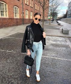 High rise Mom jeans and black leather jacket casual look Mode Outfits, Chic Outfits, Trendy Outfits, Fashion Outfits, Womens Fashion, Fashion Trends, Fashion Tips, Fall Winter Outfits, Spring Outfits