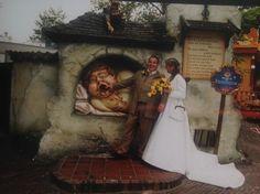 De Kaatsheuvelse Anoeschka Gabriel en haar man kozen 12,5 jaar geleden natuurlijk voor de Efteling als decor voor hun trouwfoto's
