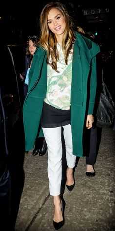 trench coat verde, blusa estampada, jeans claro, scarpin