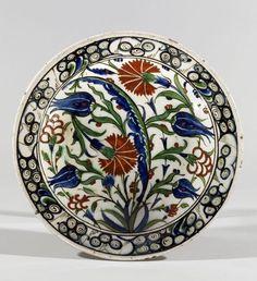 Plat aux quatre fleurs et saz,Turquie, Iznik, vers 1580.PhotoMillon et Associés