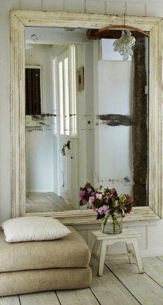 Un miroir ancien ou vieilli impressionne dès l'entrée.