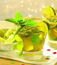 Ein Getränk mit Limetten, braunem Zucker, Rum und Minze