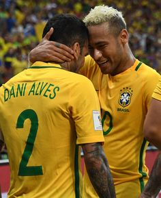 Brazil's Neymar celebrates with Brazil's Dani Alves after scoring against Colombia during their Russia 2018 FIFA World Cup football qualifier match. Lionel Messi, Fcb Barcelona, Dani Alves, World Cup Qualifiers, World Football, Neymar Jr, Fifa World Cup, Role Models, Brazil