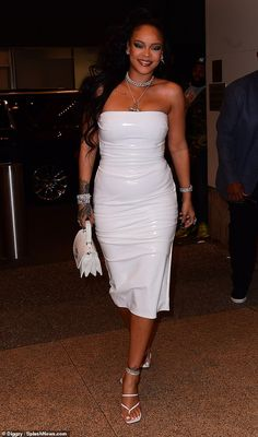 Rihanna made a grand entrance at the 2019 Porcelain Ball in New York City in a form-fitting white strapless dress that showed off her famous curves. Rihanna And Drake, Mode Rihanna, Rihanna Outfits, Rihanna Riri, Rihanna Style, Rihanna Looks, White Strapless Dress, Bella, Sexy Dresses
