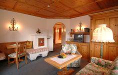 Suite Erker Süd große Suite mit gemütlichem Kachelofen, seperates Schlafzimmer und tollem Panoramablick auf die umliegenden Berge. Mountains, Bedroom