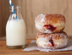 Baked Cinnamon Donuts With Jam Filling – Food: Veggie tables Air Fryer Doughnut Recipe, Baked Doughnut Recipes, Baked Donuts, Sweets Recipes, Easy Desserts, Baking Recipes, Healthy Desserts, Beignets, Jam Donut