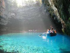 A ilha grega, Cefalônia, é uma das mais preservadas do país. A natureza é exurberante por todos os lados. Turistas do mundo inteiro ficam fascinados com a mistura de montanhas, cavernas, lagoas e vales.
