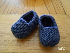 Little bootees for english baby rouge d orient Baby Slippers, Knitted Slippers, Crochet Shoes, Crochet Baby Booties, Knitting For Kids, Baby Knitting, Knit Slippers Free Pattern, Baby Bootees, Pull Bebe