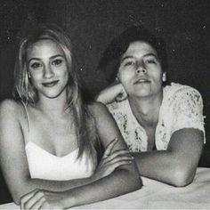 Riverdale - Berry Cooper and Jughead Jones (Lili Reinhart and Cole Sprouse Bughead Riverdale, Riverdale Memes, Riverdale Betty, Riverdale Funny, Riverdale Netflix, Betty Cooper, Friends Tv Show, Pretty Little Liars, Camila Mendes Riverdale